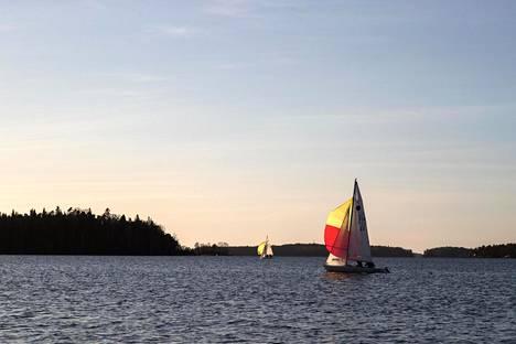 Helsingin Karhusaaren edustalla muutama purjevene seilasi viikonloppuna sulassa merivedessä ja talvituulessa.