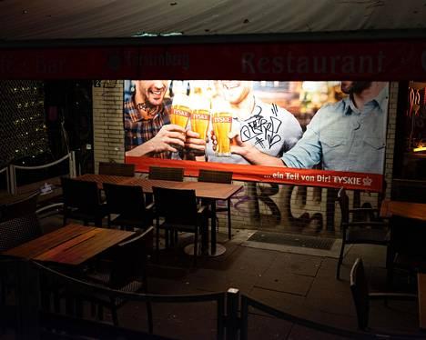 Hampurissa on turisteja vähän. Olutterassi Reeperbahnilla pysyi tyhjänä perjantai-iltana.
