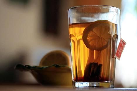 Tee ei ole merkittävä vitamiinien lähde, professori Marina Heinonen kertoo.