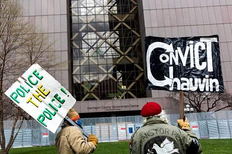 Mielenosoittajat odottivat tuomiota oikeustalon edustalla Minneapolisissa tiistaina.