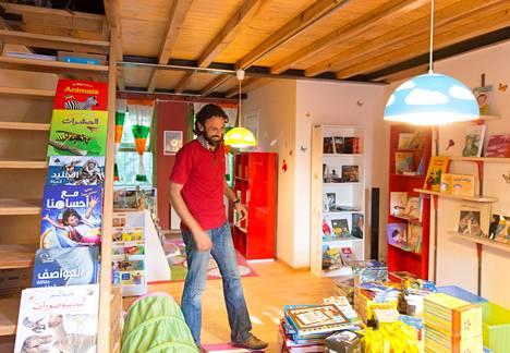 Syyriasta paennut Samir al-Kadri perusti arabiankielisiä kirjoja myyvän kirjakaupan Istanbuliin. Yksi kerros on omistettu lastenkirjoille, ja välillä al-Kadri lukee lapsille kirjoja ääneen.