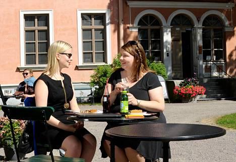 Milla Halme (oik.) ja Maria Teikari perustivat Facebookiin naisverkosto Ompeluseuran. Verkoston jäsenmäärä kaksinkertaistui kymmeneentuhanteen muutamassa kuukaudessa.