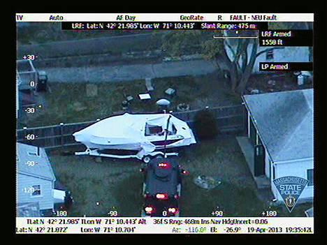 Ilmakuvasta näkyy, miten Massachusettsin poliisi tutkii venettä, josta Džohar Tsarnajev löydettiin.