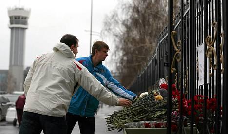 ihmiset jättävät kukkia Kazanin lentokentän aidalla lentoturman uhrien muistolle.