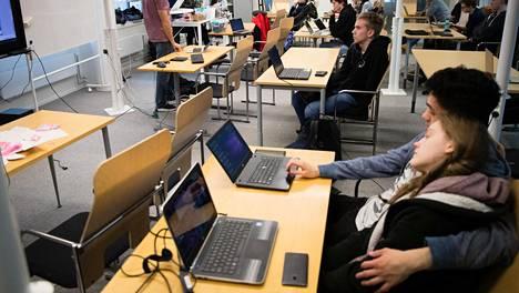 Iltapäivän tekniikkakurssi on Espoon lukioiden yhteinen, vaikka se järjestetäänkin Pohjois-Tapiolan lukion luokassa. Keskellä istuu mustiiin pukeutunut Robin Kvist.