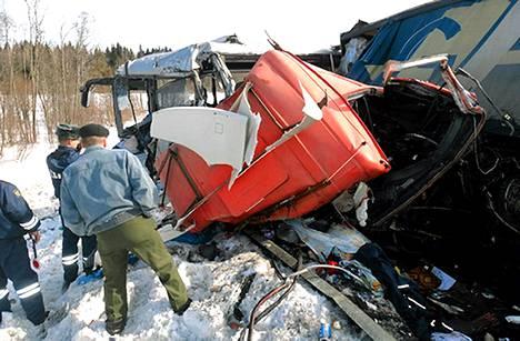 Poliisi ja pelastushenkilökunta tutkivat onnettomuuspaikkaa.