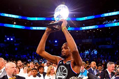 Team LeBronin Kevin Durant juhlii ottelun arvokkaimman pelaajan palkintoa Spectrum Centerissä.