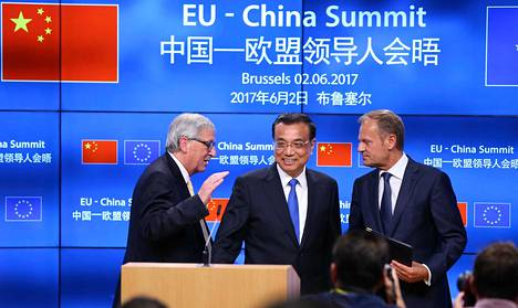 Kiinan pääministeri Li Keqiang tapasi EU-johtajat Jean-Claude Junckerin (vas.) ja Donald Tuskin Brysselissä Kiinan ja EU:n huippukokouksessa kesäkuussa 2017. Kiina nöyryytti kokouksessa EU:ta, kun maa vetäytyi yhteisestä ilmastopolitiikkaan liittyvästä julistuksesta.