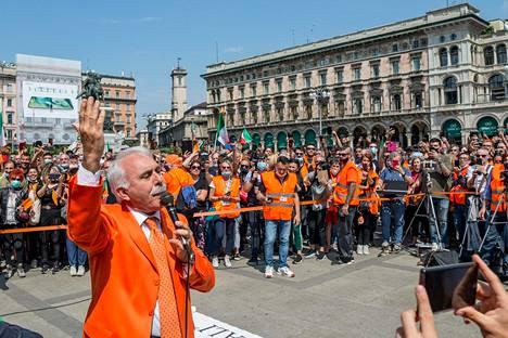 Oranssitakkien johtaja Antonio Pappalardo puhui mielenosoittajille Milanossa viime lauantaina.