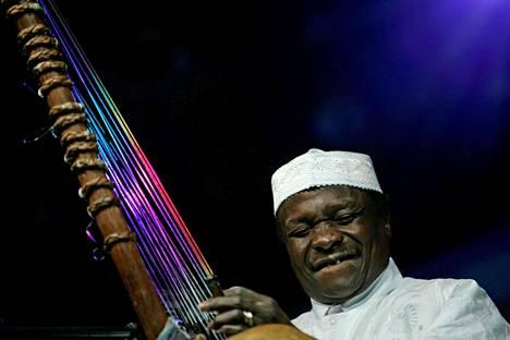 Mory Kanté konserttilavalla vuonna 2007 otetussa kuvassa.