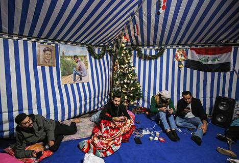Irakin hallituksen vastaiseen mielenosoitukseen osallistuneet bagdadilaiset olivat koristaneet telttansa Irakin lipuilla ja joulukuusella aattona tiistaina.