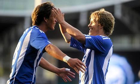 Kastriot Kastrati juhli viime kesänä Teemu Pukin kanssa Bangor Cityä vastaan tekemäänsä maaliaan.
