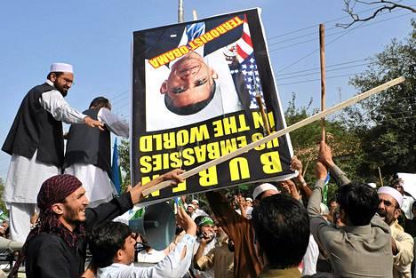Mielenosoittajat Pakistanissa hakkasivat presidentti Obaman kuvaa.
