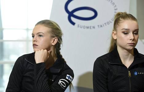 Taitoluistelijat Emmi Peltonen ja Viveca Lindfors tiedotustilaisuudessa Helsingissä ennen Moskovan EM-kisoja.