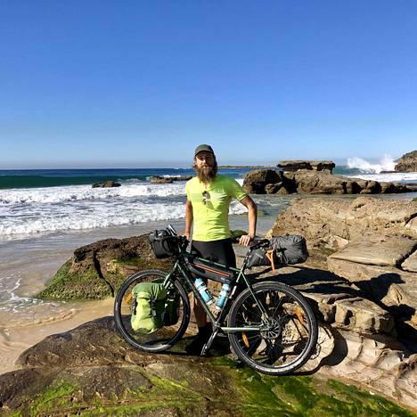 Teemu Lampinen pitää urakastaan kuukauden mittaista taukoa Australiassa. Loman aikana hän on muun muassa ehtinyt tehdä pyöräretken Australian rannikolle Caves Beachille, joka sijaitsee noin 130 kilometrin päässä Sydneystä pohjoiseen.