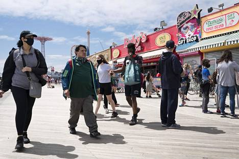 Lämmin sää houkutteli vapaapäivän viettäjiä Coney Islandin laiturille, mutta väkijoukot olivat murto-osa normaalista.