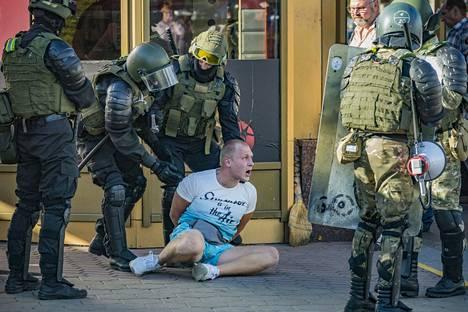 Poliisit pidättivät miehen Valko-Venäjällä presidentinvaalien jälkeen puhjenneissa mielenosoituksissa Minskissä 11. elokuuta.