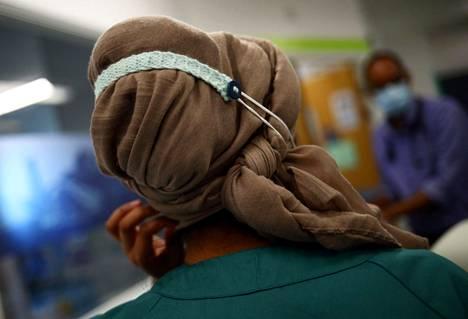 Farmaseutti Khadija Gire työskentelee opetussairaalassa Blackburnissa.