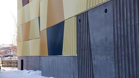 Hallin julkisivussa on käytetty myös väribetonia.