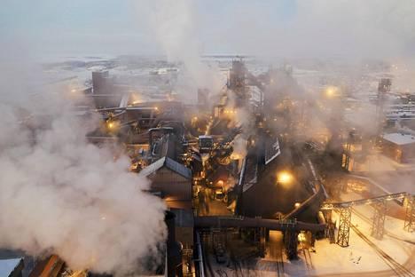 Muun muassa teräsyhtiö SSAB kertoi maanantaina yt-neuvotteluista. Kuva on Raahen terästehtaalta vuodelta 2018.