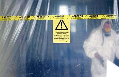 Hengityksen kautta elimistöön kulkeutuvaa hengenvaarallista asbestia käytettiin yleisesti rakennusmateriaaleissa 1920-luvulta aina 1990-luvulle asti. Asbestia sisältävien rakenteiden purku edellyttää mittavia turvajärjestelyjä.