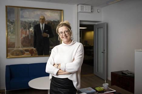 Elinkeinoelämän valtuuskunnan johtaja Emilia Kullas työhuoneessaan. Taustalla näkyy vuorineuvos Georg Ehrnroothin muotokuva. Ehrnrooth toimi EVAn hallituksen puheenjohtajana vuosina 2000–2004.