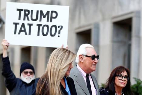 Marraskuussa oikeuteen matkalla olleen Roger Stonen taustalla mielenosoittaja kysyi onko Stonella tatuoidun Nixon-kuvan lisäksi Trump-tatuointi.