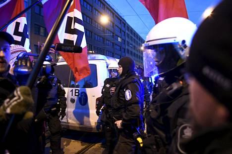 Poliisi takavarikoi hakaristilippuja uusnatsien Kohti vapautta -marssin osallistujilta viime itsenäisyyspäivänä Helsingissä.