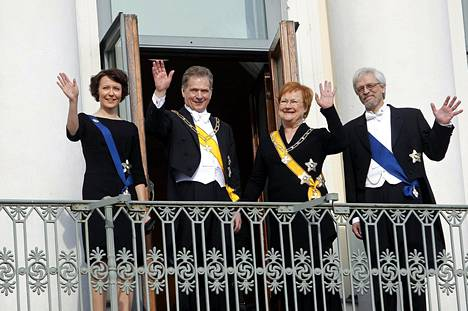 Presidentin vaihdos Linnassa. Parvekkeella vilkutti väistyvä presidenttipari Tarja Halonen ja Pertti Arajärvi sekä tuore presidenttipari Sauli Niinistö ja Jenni Haukio 1. maaliskuuta 2012.