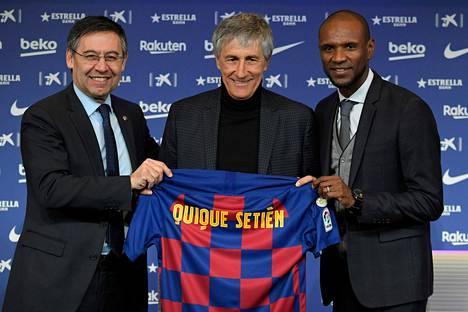 FC Barcelonasta potkut saanut urheilutoimenjohtaja Eric Abidal (oik.) esitteli seuran puheenjohtajan Josep Maria Bartomeun (vas.) kanssa päävalmentaja Quique Setiénin medialle 14. tammikuuta 2020.