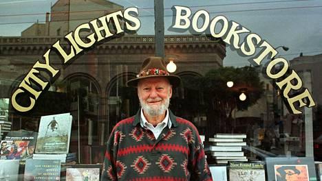 Lawrence Ferlinghetti City Lights -kauppansa ulkopuolella elokuussa 1998.