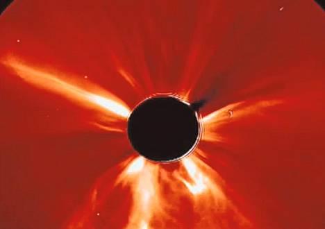 Kuvakaappaus aurinkomyrskyä kuvaavasta Nasan videosta.