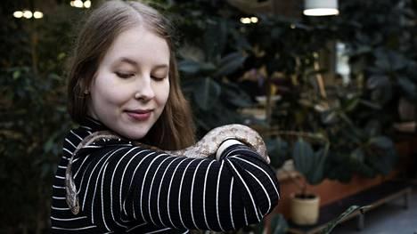 Saara Rahijärvi pitelee viljakäärme Viljamia, häntä kiinnostaa erityisesti matelijoiden ja kilpikonnien hoito.