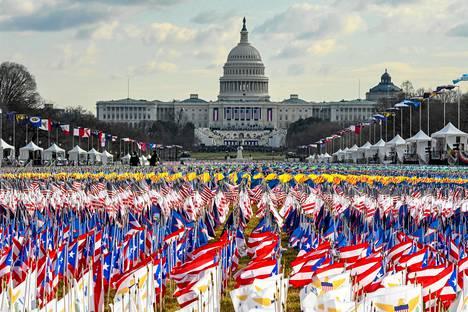 Yhdysvaltain liput täyttivät National Mall -puiston kongressitalon edustalla virkaanastujaispäivänä.