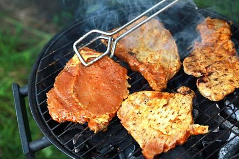 Grillaaminen muodostaa lihaan syöpävaarallisia yhdisteitä, mutta se ei vielä tee grillikyljyksestä tupakan veroista terveysriskiä.