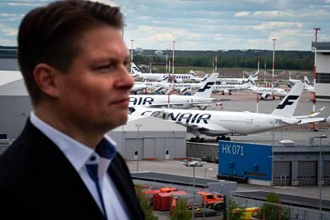 Finnairin toimitusjohtaja Topi Manner ja kentällä seisovia koneita.