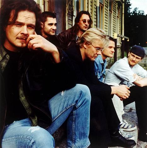 Sir Elwoodin hiljaiset värit -yhtye kuvattuna vuonna 1999. Etualalla Juha Lehti.