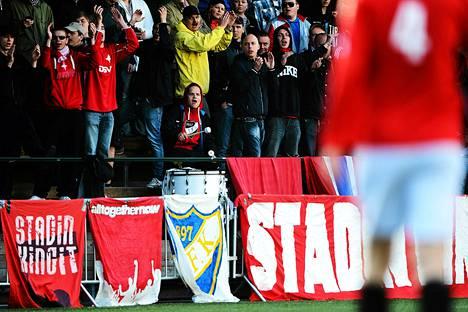 HIFK:n fanit kannustivat joukkuettaan vantaalaista PK-35:ttä vastaan käydyssä ottelussa.