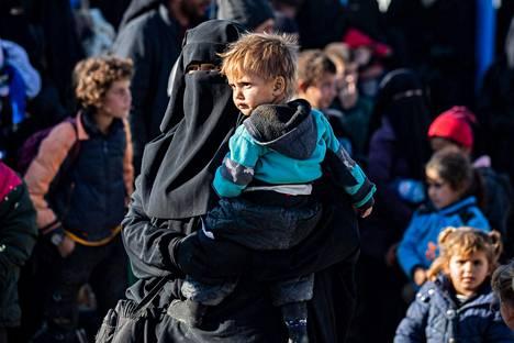Naisia ja lapsia al-Holin leirillä Syyriassa joulukuussa. Leirillä asuu noin 60000 ihmistä.