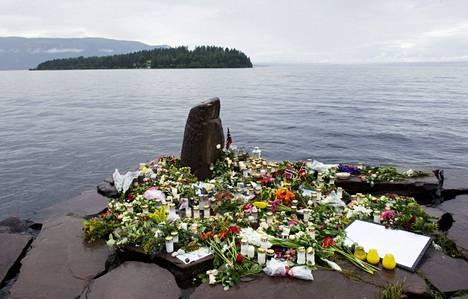 Kukkia ja kynttilöitä Tyrifjorden-järven rannalla Utøyan saaren edustalla 26. heinäkuuta 2011.