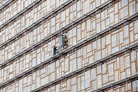 Ikkunanpesijät urakoivat tiistaina Brysselissä puhdistamassa EU-neuvoston päärakennuksen julkisivua.