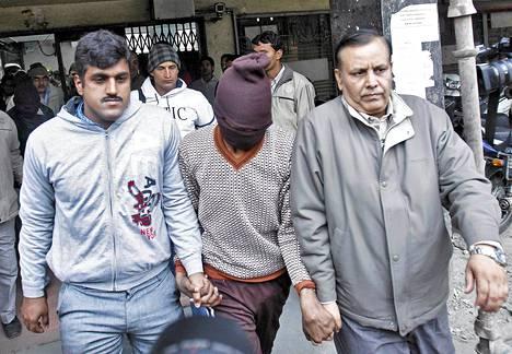 Tanskalaisnaisen raiskauksesta epäiltyä miestä vietiin oikeuteen Delhissä torstaina.