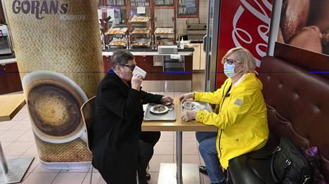 Sisarukset Eija Myllykangas (vas.) ja Arja Nieminen ovat käyneet kahvilla joka lauantai yli viiden vuoden ajan. Lauantaiaamuna he olivat Göranin konditorian ainoat asiakkaat.