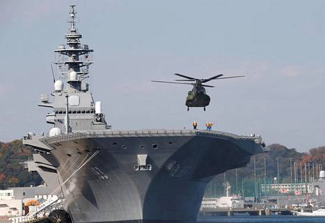 Helikopteritukialus Izumo Yokosukan tukikohdassa viime joulukuussa.