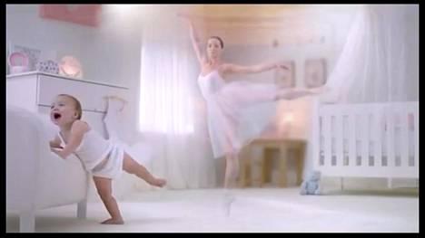 Yksi testijoukolle esitetyistä mainoksista oli maidonkorvikemainos vuodelta 2017, jossa tyttövauvasta kasvoi balettitanssija ja poikavauvasta insinööri.