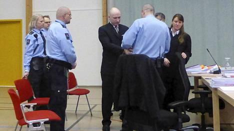 Anders Behring Breivikin käsirautoja poistettiin ennen oikeuden istuntoa Skienin vankilassa Norjassa 15. maaliskuuta.