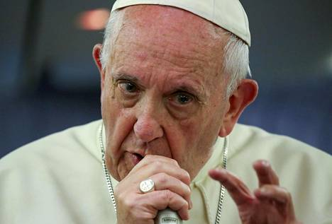 Valeuutiset leviävät paavi Franciscuksen mukaan niin nopeasti ja tehokkaasti, että niitä on vaikea pysäyttää.