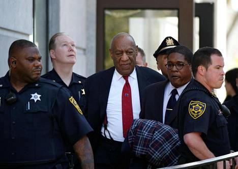 Näyttelijä Bill Cosby (kesk.) poistui oikeustalolta Norristownissa Pennsylvaniassa torstaina. Cosby pääsi miljoonan dollarin takuita vastaan vapaaksi odottamaan päätöstä tuomion pituudesta.