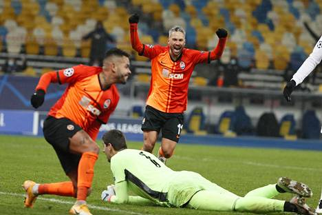 Real Madridin maalivahti Thibaut Courtois joutui antautumaan kun Dentinho (edessä) viimeisteli Donetskin avausmaalin.