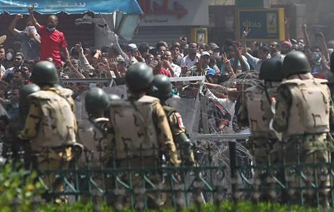 Egyptin turvallisuusjoukot tuhosivat syräjäytetyn presidentin Muhammed Mursin kannattajien leiriä Kairossa keskiviikkona.